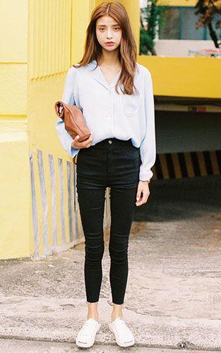 浅蓝色宽松长袖衬衫搭配黑色铅笔裤 营造不一样的休闲范