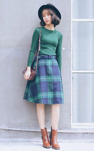 简约复古风搭配 墨绿色长袖打底针织衫搭配大摆格子半身裙
